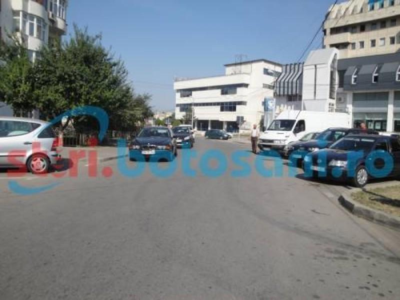 Restricții privind oprirea autoturismelor, ridicate de pe două străzi din municipiul Botoșani!