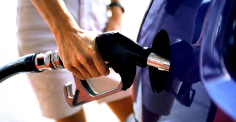 Semne bune anul are: Klaus Iohannis a semnat. Preţul carburanţilor ar putea scădea în prima zi a anului cu 45 bani pe litru