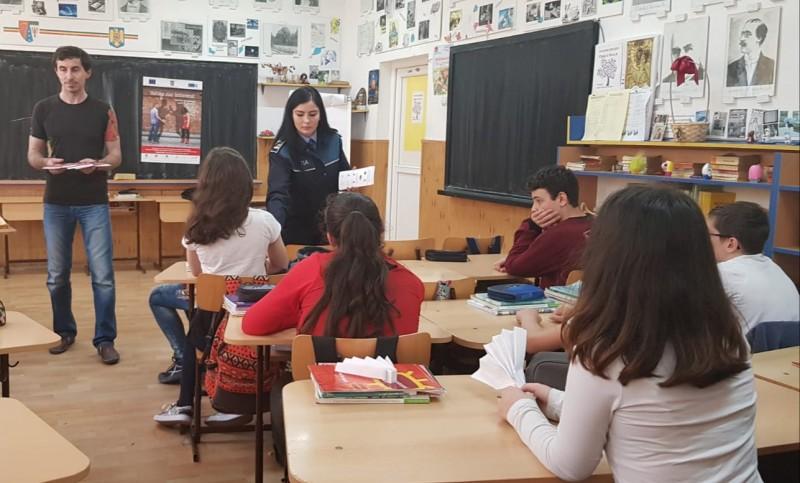 Sesiune de informare a elevilor botoșăneni pe tema prevenirii traficului de persoane - FOTO