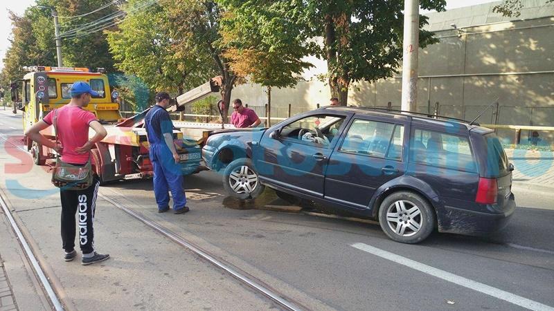 Și-a distrus mașina după ce a intrat într-un scuar! FOTO