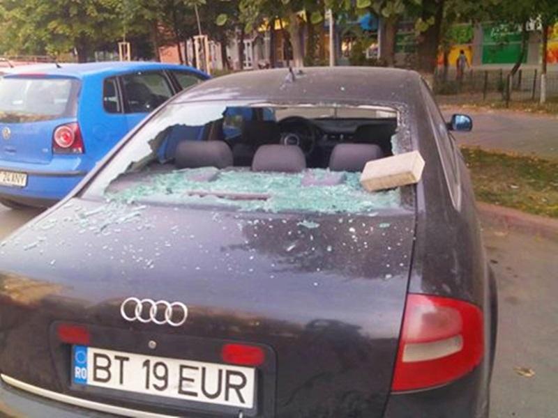 Şi-a găsit autoturismul distrus într-o parcare din municipiu! Proprietarul cere ajutorul cetăţenilor! FOTO