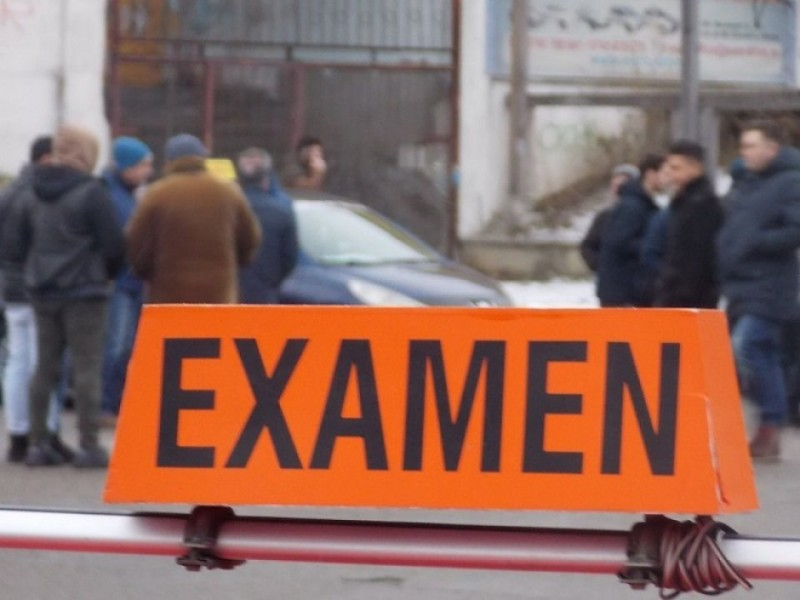 Și-a pierdut minţile, după ce a picat examenul de permis auto: L-a luat la bătaie pe poliţistul examinator!