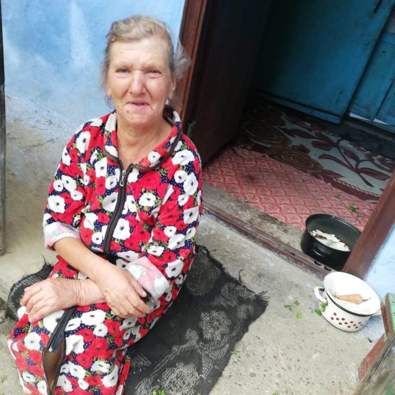Singură și bolnavă, o femeie din Miorcani trăiește din mila vecinilor