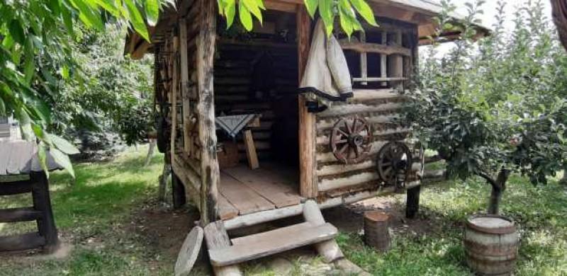 Singurul muzeu-pensiune gratuit din România. Orice turist poate experimenta traiul ţăranilor de acum două secole