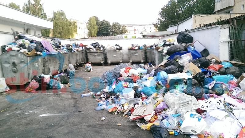 Situaţie delicată! Urban Serv nu mai ridică gunoiul de la ghenele din cartiere! FOTO