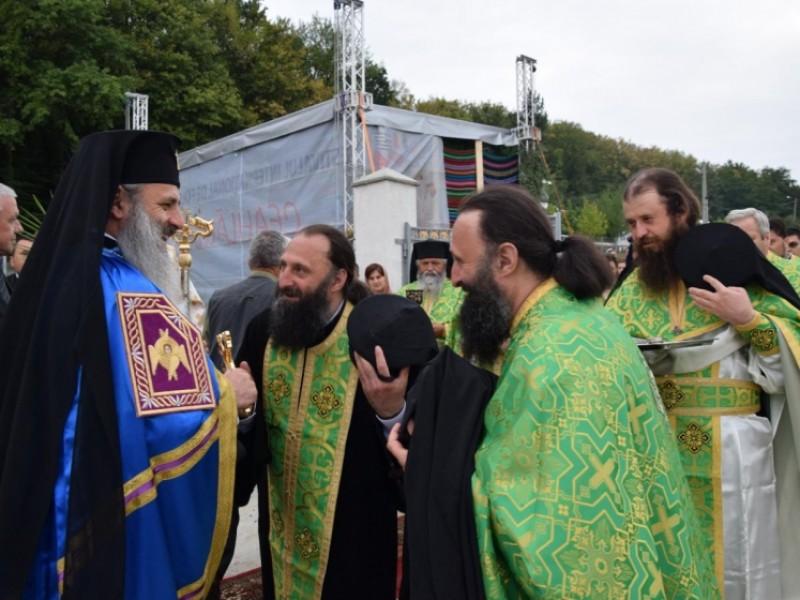 Slujbă arhierească de sfinţire la schitul păstorit de doi fraţi gemeni