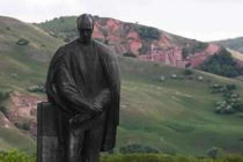 Soclul statuii lui Lucian Blaga din Lancram, vandalizat chiar in zilele in care poetul este comemorat