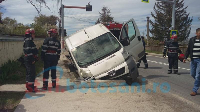 Şofer ajuns la spital după ce i-a luat faţa un autoturism! FOTO