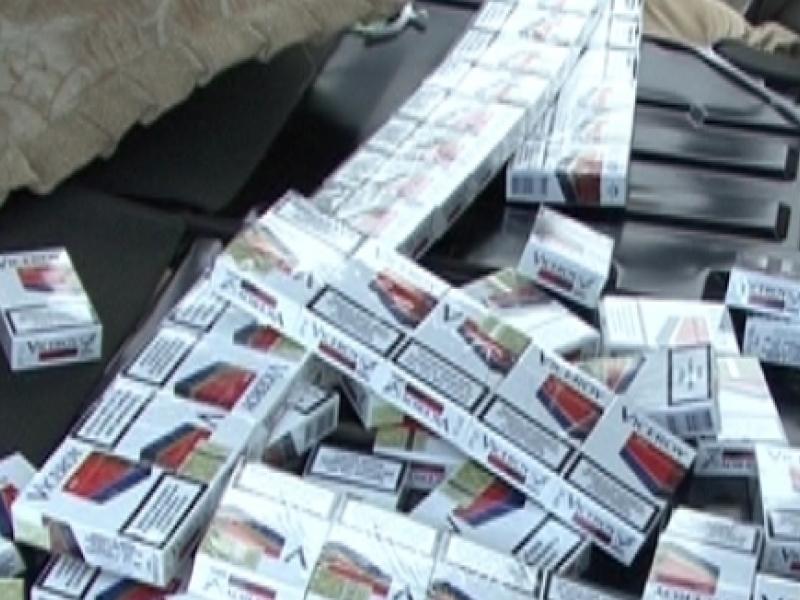 Şofer cu permisul suspendat, maşină cu număr de Italia şi 10.000 de ţigarete de contrabandă!