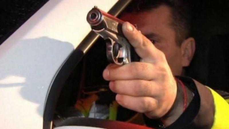 Șofer din județ împușcat de polițiști, după ce a încercat să acroșeze un agent. IPJ a demarat o anchetă privind acțiunea echipajului