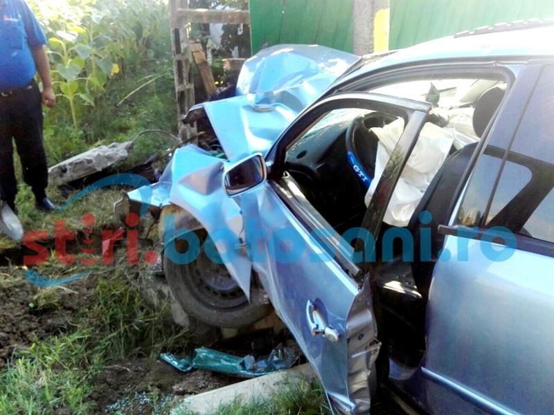 Șofer în stare gravă, după ce a intrat cu mașina într-un stâlp! GALERIE FOTO