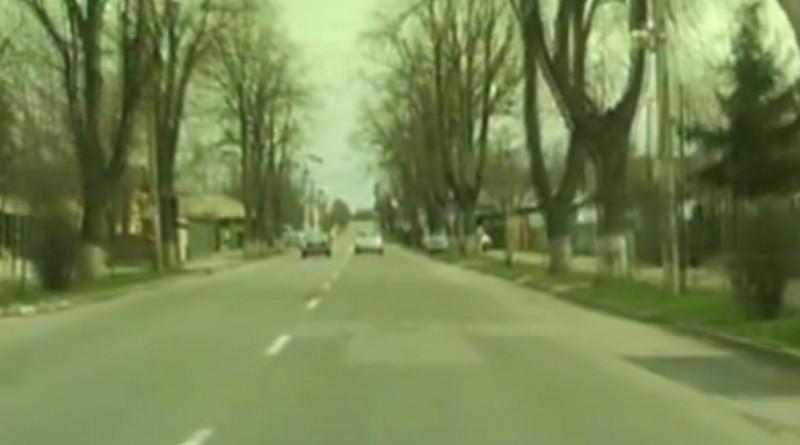 Şofer surprins în flagrant de poliţişti depăşind pe linie continuă! VIDEO