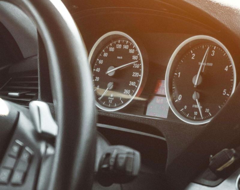 Șoferii români și viteza: Depășirea vitezei maxime cu peste 50km/h este din ce în ce mai frecventă!