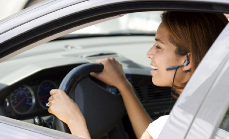 """Șoferii scapă de amenzi dacă utilizează dispozitive """"hands free"""" la volan pe drumurile publice"""