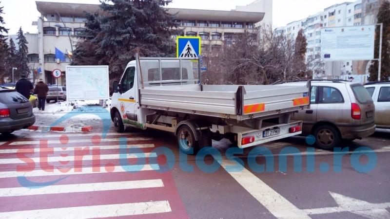Soferul autoutilitarei Primariei Botosani, parcata pe trecerea de pietoni, amendat de politisti!