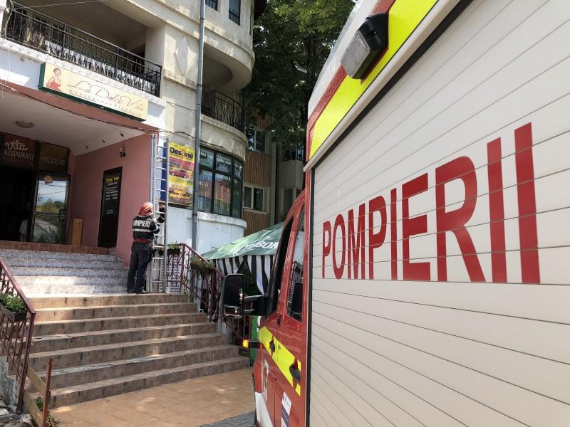 Soția nu răspundea la ușă. I-au venit în ajutor Poliția, Ambulanța și Pompierii!