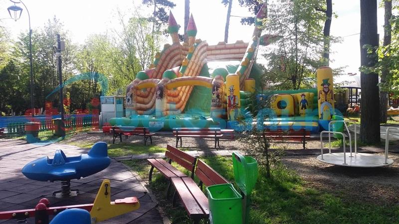 Spaţiu de joacă pregătit pentru copii în Parcul Eminescu - FOTO
