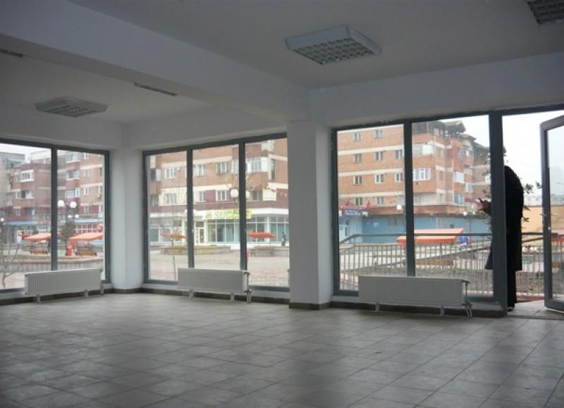 Spaţiul comercial în care a funcţionat un cunoscut magazin din Botoşani, vândut după ce firma a intrat în faliment