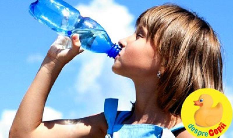 Specialiștii avertizează: Nu beți apa care s-a încălzit într-o sticlă de plastic