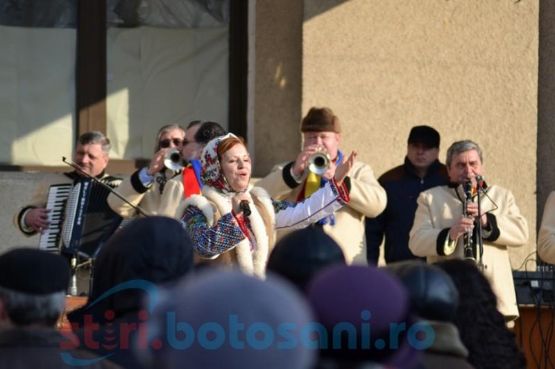Spectacol de muzică populară şi patriotică pe esplanada Palatului Administrativ, de Ziua Unirii