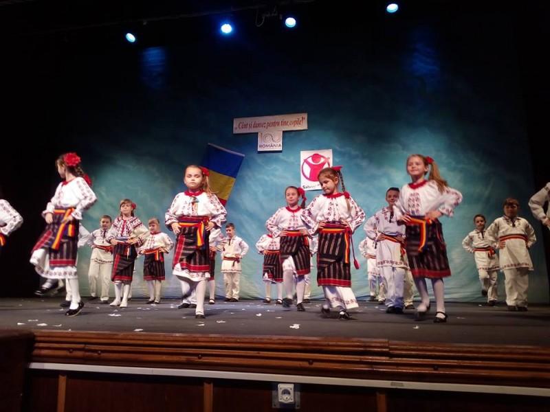 """Spectacolul caritabil """"Cânt și dansez pentru tine, copile!"""", la Botoșani: Zeci de familii vor avea o masă mai bogată de Crăciun!"""