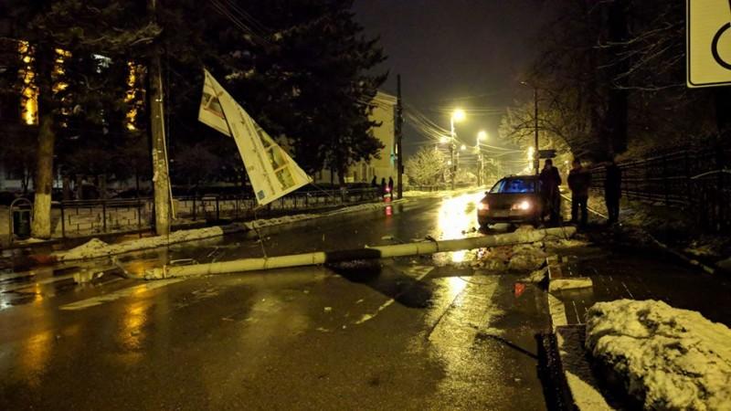 Stâlp de electricitate doborât în urma unui accident