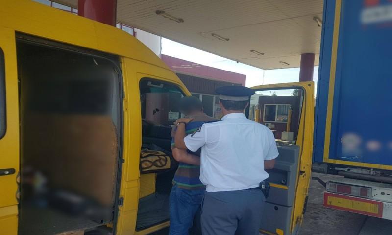 Pasager într-un microbuz, reţinut de poliţiştii de frontieră în Vama Stânca!