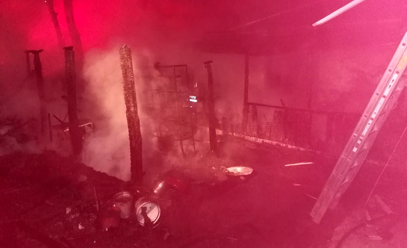 Strada Doboșari. Doi bătrâni au ajuns noaptea trecută la spital după ce casa le-a luat foc. Bărbatul a murit