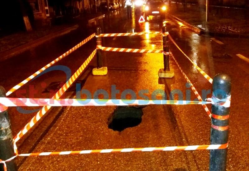 Strada surpata sub rotile unei masini! Politistii locali au semnalizat zona! FOTO