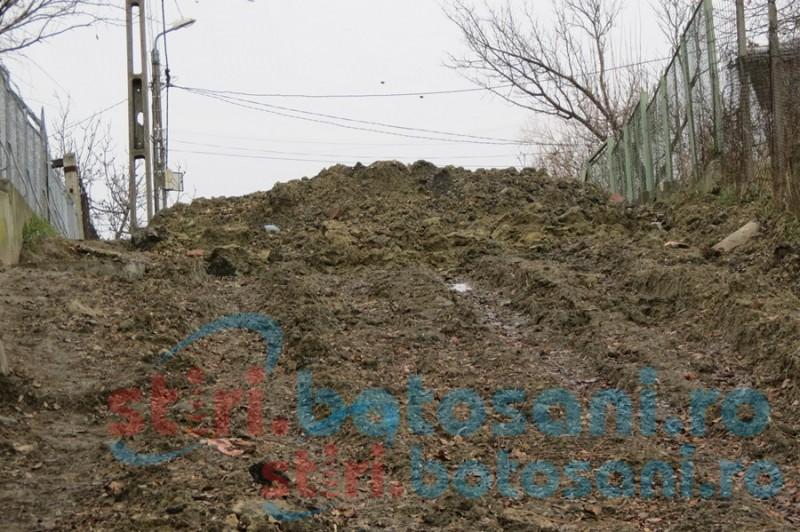 Străzi distruse, noroi şi neputinţă! Lucrările pentru apă şi canalizare din municipiu i-au adus la disperare pe botoşăneni!