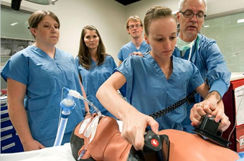 Studenţii la Medicină întră ca asistenți medicali în spitalele COVID