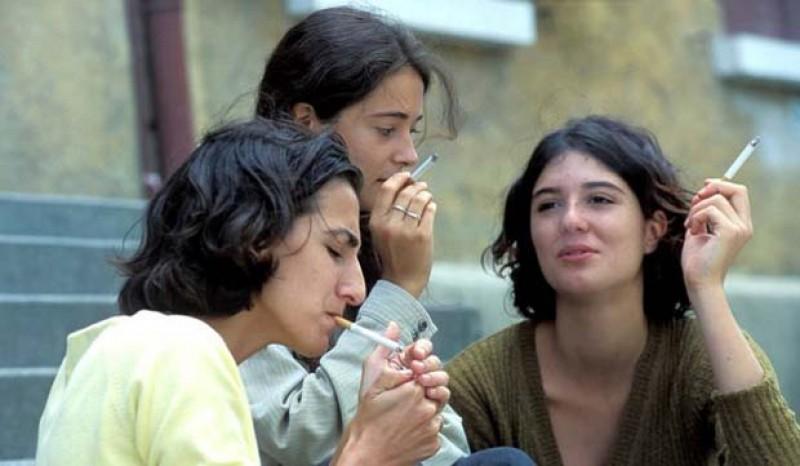 Studiu: Mai mult de jumătate dintre adolescenții din România FUMEAZĂ!