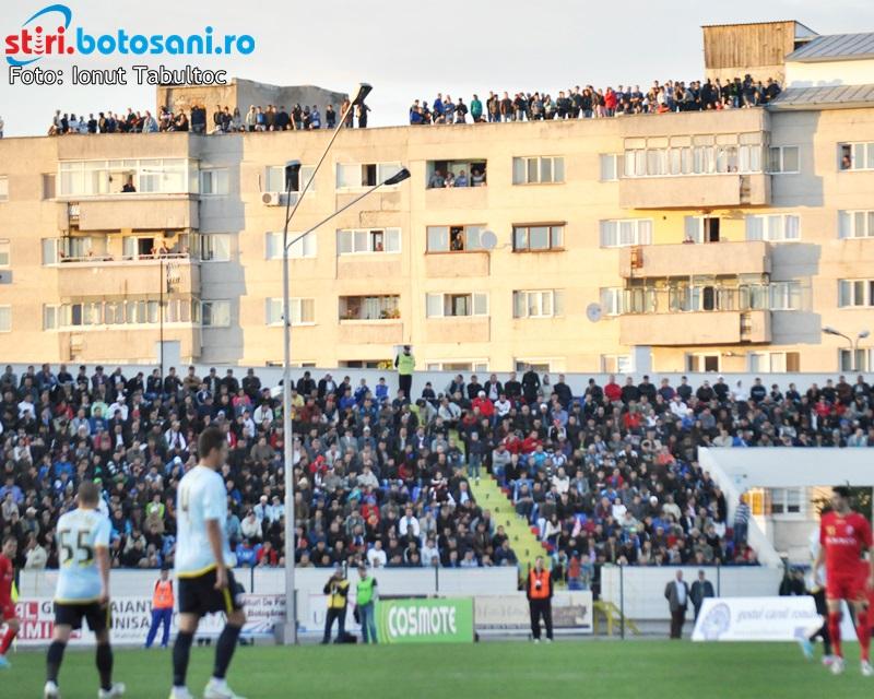 Suporterii care-si cumpara abonamente pana la meciul cu Gaz Metan, premiati de FC Botosani cu mingi si tricouri oficiale!