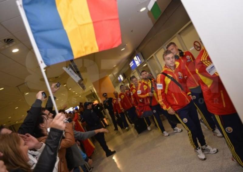 Suporterii entuziasmaţi ai naţionalei i-au întampinat pe tricolori la Atena