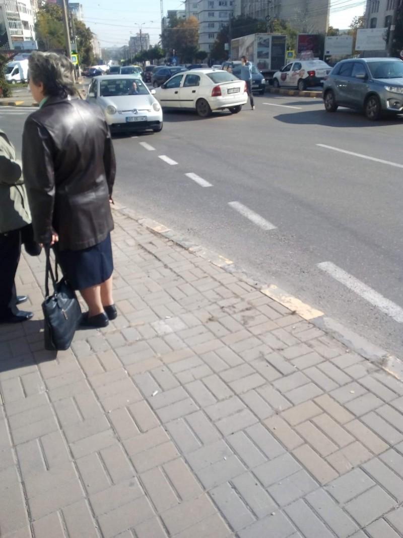 Surprize în traficul din Botoșani: o mașină fără șofer a intrat în coliziune cu un alt autoturism