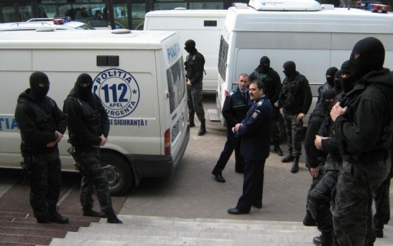 Suspecţi de fraude informatice, prezentaţi instanţelor pentru arestare preventivă