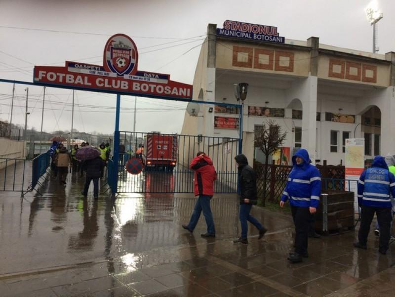 Sute de botoşăneni au ignorat ploaia de afară şi au mers la stadion să îşi susţină favoriţii