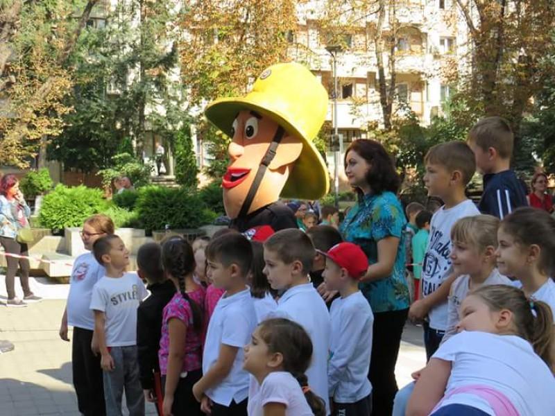 Sute de copii din Botoșani s-au întâlnit, vineri, cu Pompierul Sam! FOTO