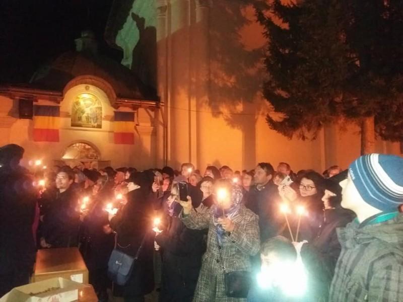 Sute de credincioși, duminică seara, la Biserica Vovidenia din Botoșani!