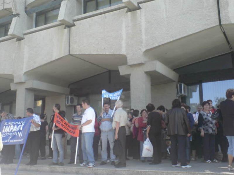 Sute de oameni au pichetat, luni, Palatul Administrativ!