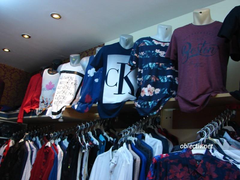 Sute de produse vestimentare confiscate de poliţiştii botoşăneni