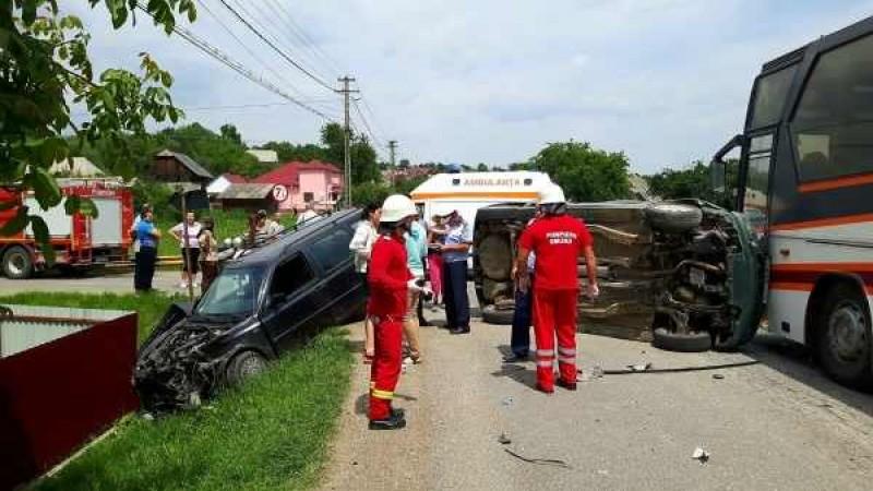 Autocar cu turiști din Botoșani, implicat într-un accident rutier în lanț! FOTO