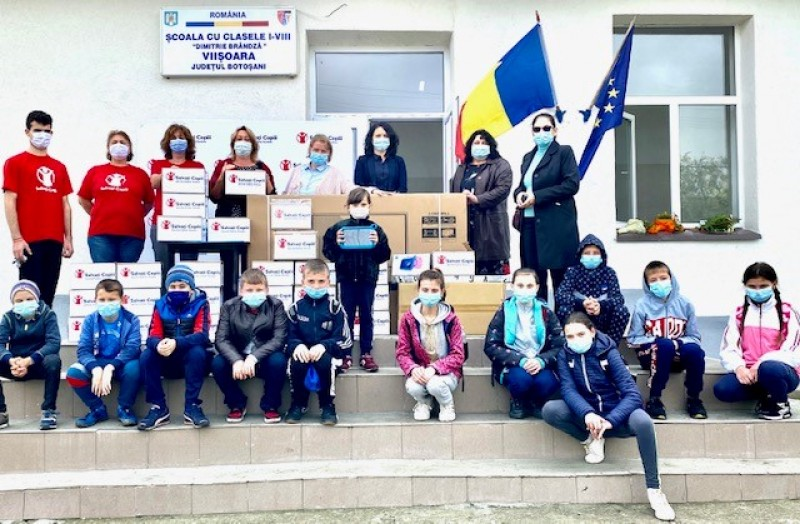 Tablete pentru elevii comunei Viișoara, oferite de Salvați Copiii