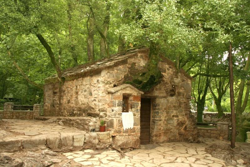 Taine ale ortodoxiei: Bisericuța pe care au crescut 17 copaci uriaşi! VIDEO