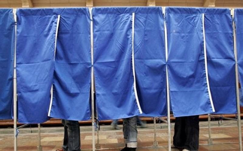 Tânăr amendat pentru că fotografia buletinele de vot