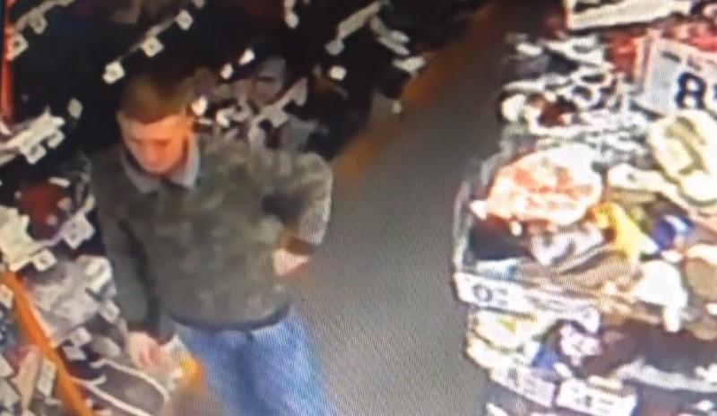 Tânăr căutat după ce a furat un telefon dintr-un magazin din Dorohoi! VIDEO