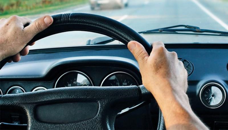 Tânăr de 18 ani, prins la volan fără permis