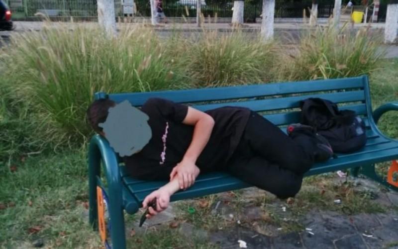 """Tânăr """"drogat"""" cules de pe stradă. Polițiști au chemat ambulanța"""