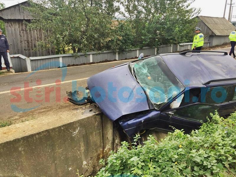 Tânăr rănit grav după ce s-a izbit cu mașina într-un cap de pod! FOTO