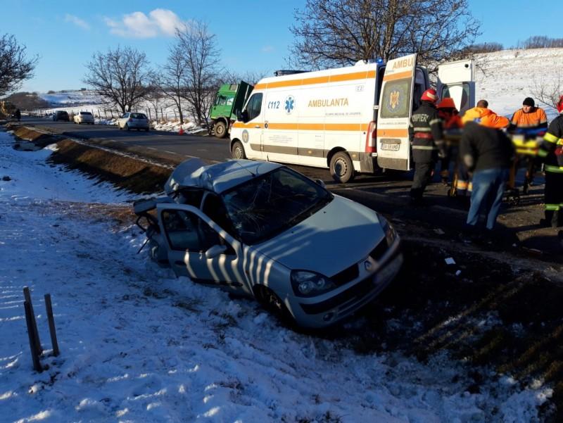 Tânăr șofer rănit, după ce a ajuns cu mașina în șanț